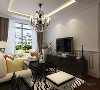 客厅采用了黑白灰为主色调,加入其他的颜色进行搭配,使空间不暗沉,很有活力,家具的选择是以硬线条为主,简单大方,抱枕的颜色采用了大胆的红,绿,黄,使空间更加舒适。