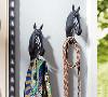 马头树脂墙面挂钩;产品特点:高端环保树脂材料制作,手工雕刻,浑然天成,可悬挂家里的任意角落,放置钥匙、丝巾、挂饰等物品装点家居。