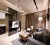 电视墙利用墨镜做为基底,不仅成功区隔出后方的厨房区块,透视的质感也替室内营造出自在的流动气息。