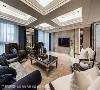 干净的石材作为电视墙体,两侧则是主卧室入口及机柜门双对称,透过简单线条刻划新古典风尚。