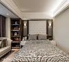 主卧房的床头绷皮为现场拉做,让质感更加饱满,两侧的对称吊灯则让主卧房渲染上英式古典气质。