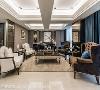 以一桌二椅的方式对称,并使家具呈现内聚型,让参与聚会的每个人都能在优雅的空间中轻松互动。