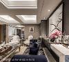低调灰阶铺陈沙发背墙,并利用新颖的对称方式放上屋主的大型收藏,提升客厅质感。