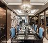 八人大型餐桌展现空间气度,再搭配垂吊高度低的宽幅型水晶灯,在格状天花的辉映下,尽显贵族气息。