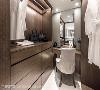 于主卧卫浴的干区中,再分隔出一间衣帽间,木质柜体搭配灯光投射,映洒贵族式生活风格。