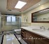 在疲惫了一天回家之后,清新又温馨的卫浴空间能带给你一个好心情,简章暖心的配色,整体的收纳设计,不仅节省空间也让卫浴间干净整洁。