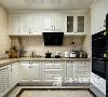 欧式厨房多采用象牙白的主色调,整洁的厨房会让做饭的心情变得明快,充足的储物柜令各餐具厨具摆放井井有条,没有多余的华丽装饰,点明了生活要返朴归真的主题。