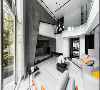 大落地窗把庭院窗色完整带进室内,而二楼弧形玻璃构成的清透曲线,不仅和玄关的弧角呼应,也呈现国外别墅常见的流线设计感。