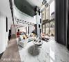 不同高度的家具、吊灯、玻璃围栏,再对应至全然延伸的落地窗,形成高低错落层次,也冲撞出空间的纵向气势。
