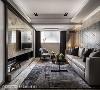 为解决老屋常见的天花低矮、格局不方正等问题,YHS设计巧妙利用视觉延伸手法,拉阔整体空间感,让客厅场域更加开阔大器。