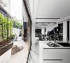 由结构技师确认结构安全无虞后,设计总监马健凯决定进行外墙切窗,让室内与庭院同时受惠。对内,有了日光、微风和竹枝共生;对外,因造景整顿及增加进出动线,也提高了庭院的日常使用频率。