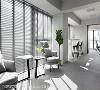 透过落地百叶窗,让阳光盈满室内,而搭配高脚椅的高吧台区,则提供员工欣赏夜景的休憩一隅。