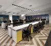主管室不另设隔间,贴近与员工的距离;地坪采用深浅交错的人字拼贴,制造轻松工作氛围。
