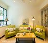 柠檬绿的沙发色系选搭,搭配晕黄柔和的阅读灯,营造温馨舒适的小清新情调。