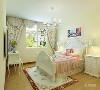 卧室也是暖咖色乳胶漆,碎花布艺窗帘和碎花布艺的床,更彰显田园风格,次卧室是单人床,单人床旁边放了一个小书桌。整个空间功能分布合理,给人营造了一种温馨时尚和谐的家居生活。