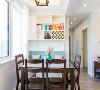 餐厅:良好的采光,实木的简洁餐桌,配上鲜花加以装饰,好心情随之而来。壁挂式的储物柜,栅格状的装饰,实用而又美观。卡座的设计,既可当座椅,又可陈放杂物,极大的利用了室内空间。