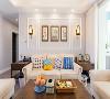 客厅:整个客厅给人的第一感觉就是简明大气,以米白色为主色调,木质地板与茶几的木色点缀,简单中又不失高雅,复古圆形吊灯也成了点睛之笔。