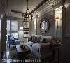 家中的灯饰、镜子特地选用金色材质,为居家空间增添精致典雅质感,亦象征事业蓬勃发展的风水含意。