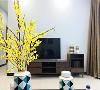 电视墙是一片素淡的浅灰色,适当的留白使客厅看起来干净明朗。电视柜和边柜依然是古朴的实木柜,承续着客厅的自然风。