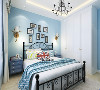 主卧内的用色与客餐厅大相同,卧室以蓝色白色为主,床的颜色为蓝白色,使空间更加清新舒适,背景墙为蓝色也能营造出一种温馨舒适的休息空间