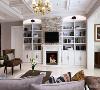 客厅的电视背景墙采用了传统欧式的壁炉造型,铺贴了简约风格的文化石。两边则为业主打造了定制展示柜,增加了房屋的文化气息。