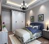 二楼的主卧背景墙则是用传统的欧式软包设计凸显欧式元素,但是周围一圈则用相对简约的直线线条来进行装饰。达到简欧的装饰效果。