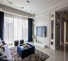 客厅盈满幸福的温度,莳筑空间设计选择天然石材做为电视主墙,左右两侧则以带有穿透感的玻璃串联后方麻将室/书房。