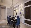 莳筑空间设计为屋主规划六人长桌,提供给亲友聚会时使用,两侧则设有端景墙面与餐柜等机能。
