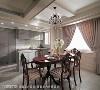 以柔和的刷色减少天花大梁的压迫感,厨房则使用灰色区分场域机能,不仅让开放式餐厨区更有层次,也藉此放大空间感。