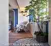 地坪利用复古花砖做拼贴,创造半圆弧形的落尘区,与室内做出明确区隔。