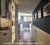 蓝白配色沿用至厨房,地面采菱格纹造型拼贴,带动视觉延续性;右侧墙面挂上动物图画,象征六畜兴旺的吉祥含意。