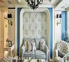 为修饰沙发上的横梁,摩登雅舍室内装修设计特意以圆弧拱门造型消弭梁线存在感,搭配花卉壁纸与灰蓝色沙发,衬托女主人温柔婉约的气质。