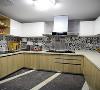 厨房的设计分为中西厨区,内外均贴有时尚的黑白花砖,嵌入式冰箱,嵌入式蒸箱烤箱的设计使整个空间融为一体,保证了空间的整洁性。彩色地毯的铺设与墙面花砖形成对话,为空间增添活跃性。