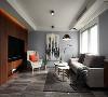 客厅中深色调的内部空间得到平衡。深灰色的大理石地面搭配深色的木质电视墙,暗色空间下,不论是篇幅较大的装饰画,棉麻质地的的织品或是华丽的黄铜元素,都显得更为精致。