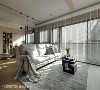 以大地色系打造轻柔舒心的场域调性,自然光由百叶窗缝隙洒入室内,完美创造虚实交织的视觉层次。