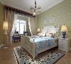 主卧室整体墙面采用绿色壁纸,白、黄、绿等色彩元素搭配整体体现温馨的感觉,柔和的,不 会显得混乱。