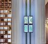 新城招商·誉府售楼处,灵活的运用几何线条和精致华丽的装饰艺术,将机器时代的线条美、几何感纳入并构成有着现代主义的时代美学。