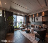 沙发背墙采三种厚度的薄石片做不规则拼贴,局部镶嵌不锈钢饰条,并内嵌艺术画作,展现令人惊艳的视觉效果。