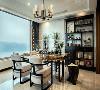 入户玄关左边是餐厅,餐厅的设计不需要过多花哨的装饰,简洁的色彩简洁的线条就是最好的语言,灯具与餐桌的选择都以硬朗造型为主,餐桌的颜色与餐椅形成对比,就餐环境典雅舒适。