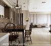 空间运用不同深浅咖啡色系,创造出渐层的配色效果,以仿旧深色家具与温莎椅带出沉稳内敛的英式风情。