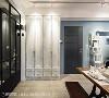 李绍瑄设计师利用柱体深度规画收纳柜,并搭配仿旧法式线板门片呼应整体风格。