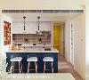 从典雅的客厅过渡至颜色鲜明的餐厨区,再沿着走廊可见妆点缤纷的纯色系私领域门片,构成居家优雅却纯真的渐进设计。