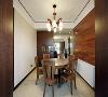 1、吸塑门板纹路颜色采用同客餐厅实木家具,整体一致。2、木质镂空雕花,借助餐厅光线到门厅,门厅餐厅空间又通透许多。
