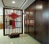 镂空隔断,延续顶面的木质线条元素,作为形式上的隔断,在空间上划分为独立的门厅,有一定的遮挡在视觉上,也保证视线的穿透性。