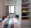 广延设计将书柜与衣柜功能结合,在小坪数的眠寝空间中创造最大效益。