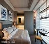 温润的色调赋予舒适质感,墙面造型持续延伸至更衣室外墙,串联和谐一致的视觉美感。