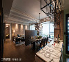 客厅、餐厅、吧台形成一字轴线,顺势延展空间的纵向深度,带来更加宽敞大器的视觉效果。