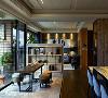 彩韵室内设计利用半高石材电视墙界定场域,并向下延伸至架高地坪,创造出舒适悠闲的泡茶区。