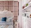 主卧房 于床头右侧保留了窗户,提供卧房足够的通风及采光,并于右侧设置展示墙,给予摆放珍品的空间。
