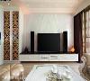 赵玲室内设计团队以冰晶白玉石材拼贴山形,表现步步高升之意,并以搂空雕花板门片结合音响电器储物柜,赋予客厅空间足够的收纳机能。